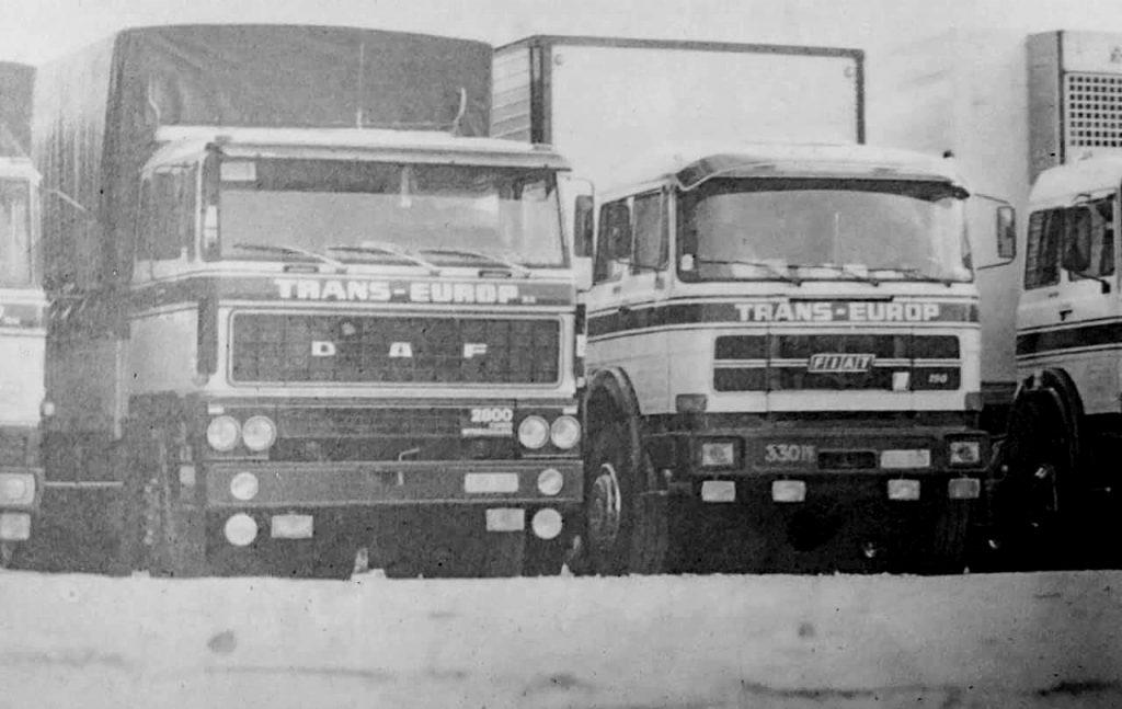 Oude vrachtwagens van Trans Europ in zwart wit