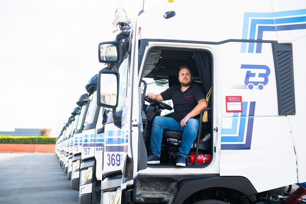 bekwame vrachtwagenchauffeur zit in vrachtwagen