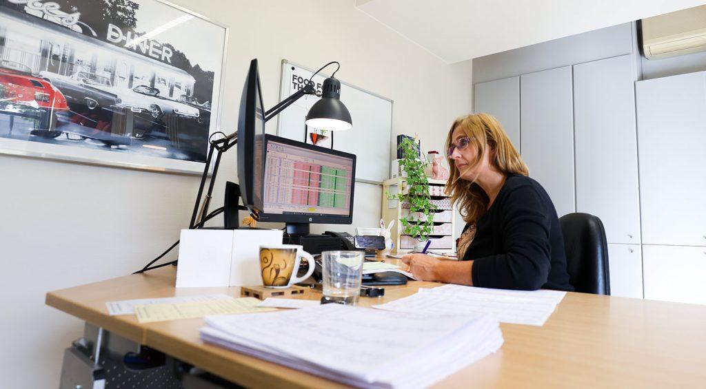 Vrouw werkt aan bureau